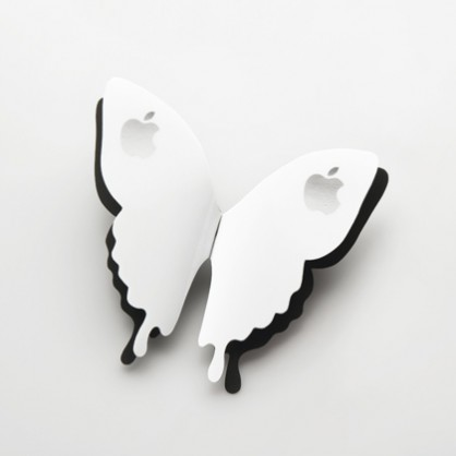 Sue Lorraine, <em>Ibutterfly</em>, broche 2013, met hitte gekleurd staal, iphone 3 hard cases